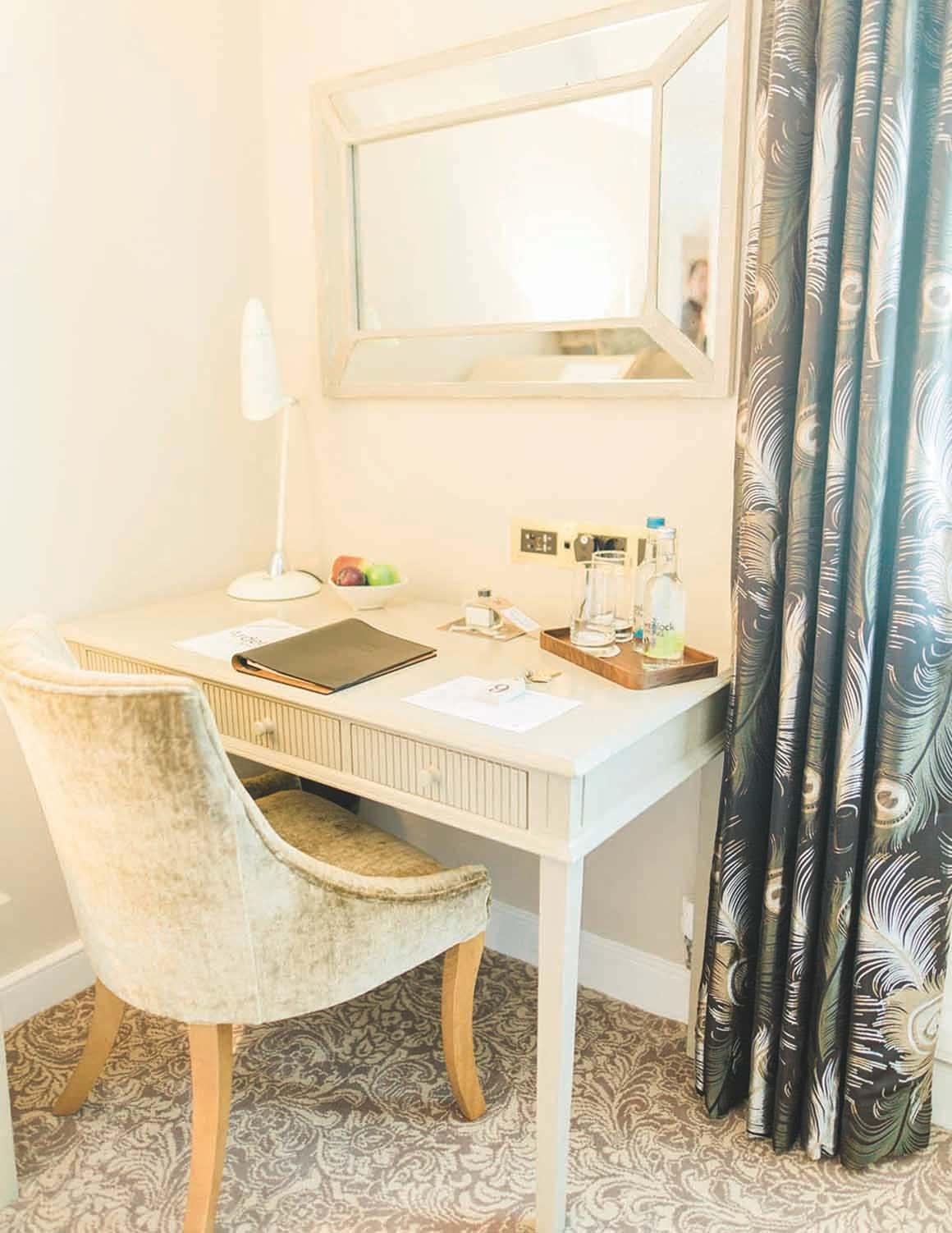 Arden House Hotel Photo Gallery desk in bedroom